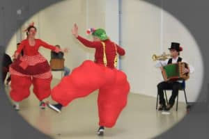 Clowninnen tanzen
